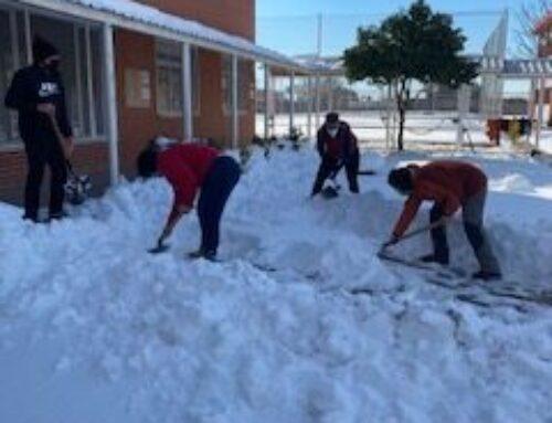 Las familias, profesorado y personal no docente limpian la nieve del cole